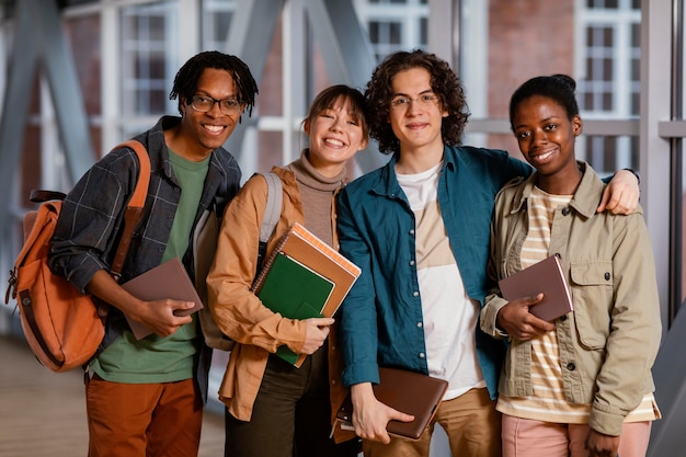 Retrato de estudiantes en la sala de la universidad