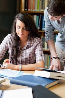 Retrato de estudiantes trabajando en un papel
