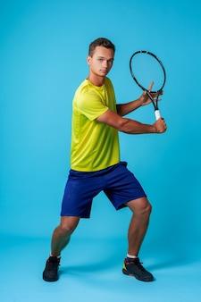 Retrato de estudio de longitud completa de un hombre jugador de tenis
