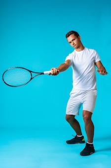 Retrato de estudio de longitud completa de un jugador de tenis ma