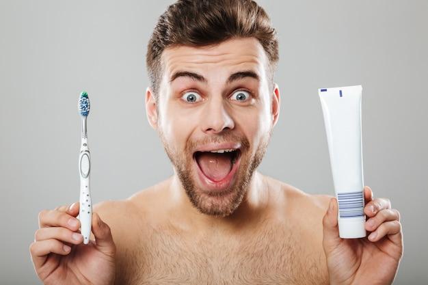 Retrato de un excitado hombre semidesnudo