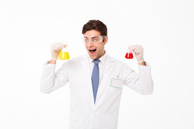Retrato de un excitado joven científico masculino
