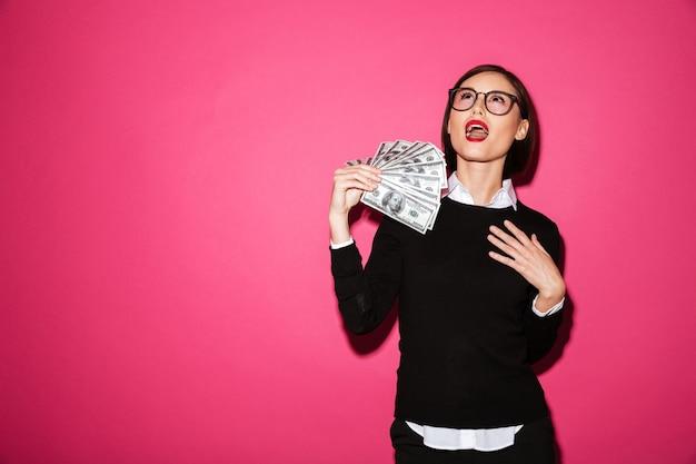 Retrato de una exitosa mujer de negocios emocionada