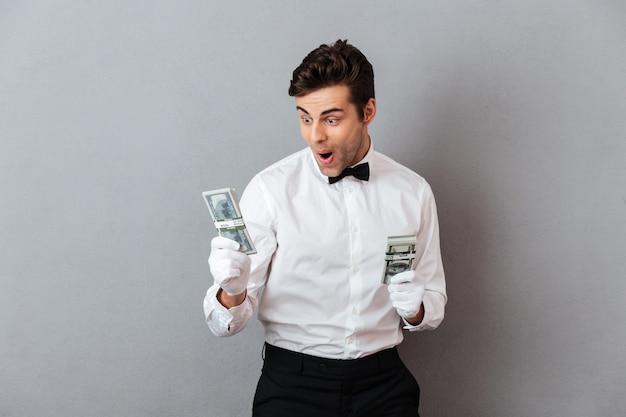 Retrato de un exitoso camarero alegre hombre