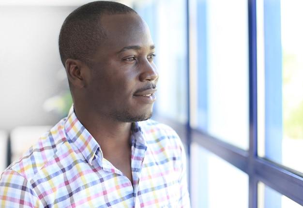 Retrato de un exitoso empresario africano seguro
