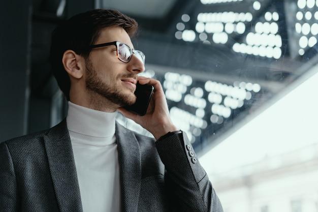 Retrato exitoso hombre de negocios hablando por teléfono inteligente