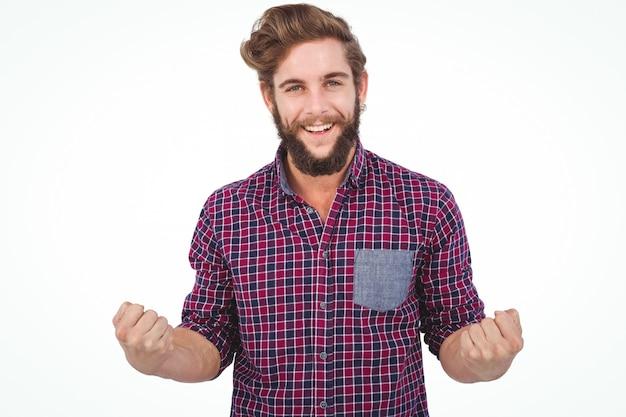 Retrato de exitoso inconformista con el puño cerrado contra el fondo blanco