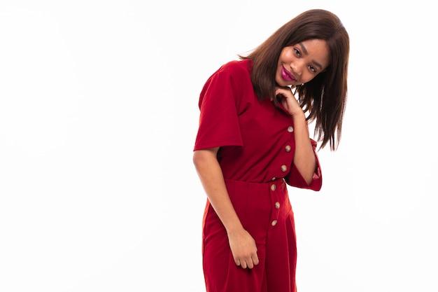 Retrato de expresiva hermosa chica afroamericana possing en el fondo