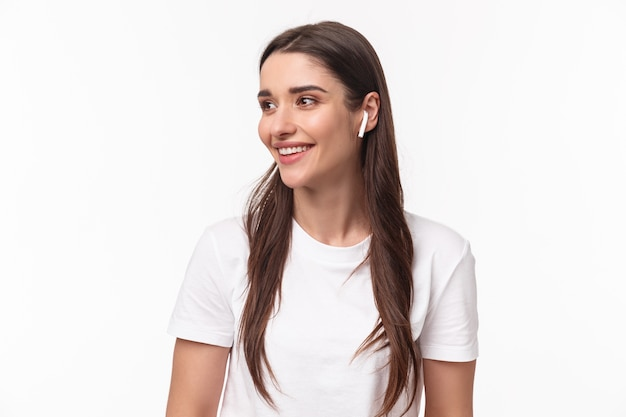 Retrato, expresivo, mujer joven, con, airpods