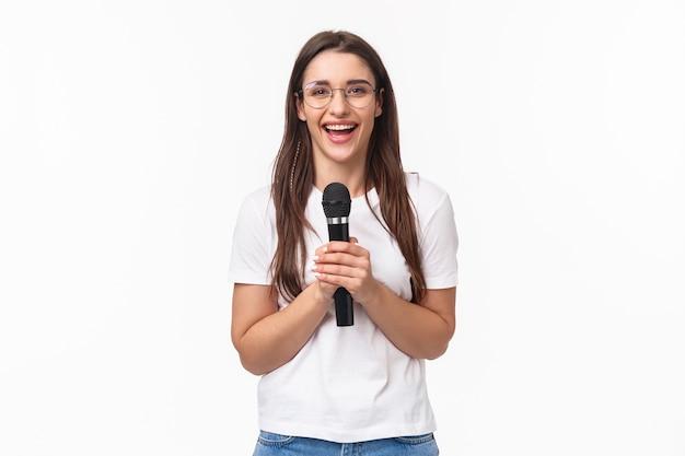 Retrato, expresivo, mujer joven, canto