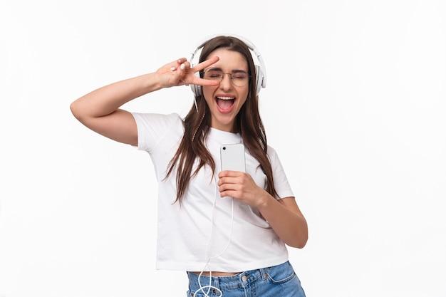 Retrato, expresivo, mujer joven, con, móvil, escuchar música