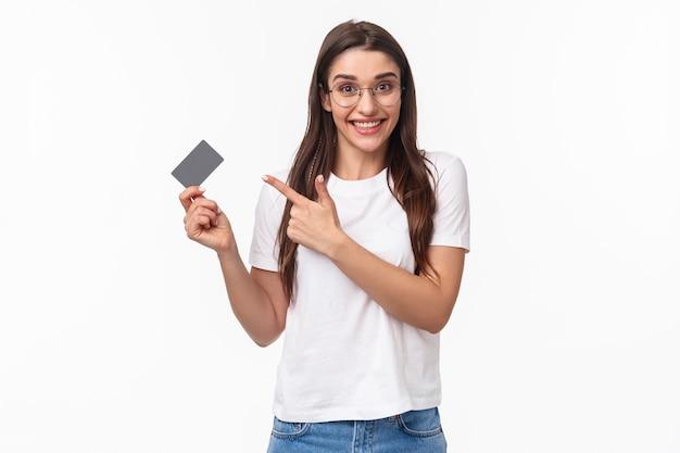 Retrato, expresivo, mujer joven, con, tarjeta de crédito