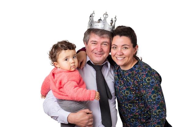 Retrato de familia, abuelo, hija y nieta. el abuelo lleva una corona de plata.