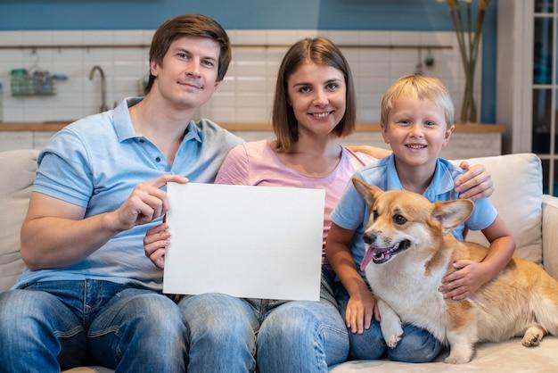 Retrato de familia adorable con perro corgi