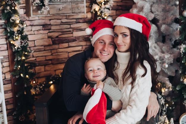 Retrato de una familia alegre con un niño pequeño divirtiéndose juntos
