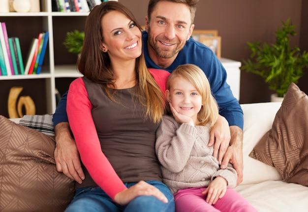 Retrato de familia amorosa en casa