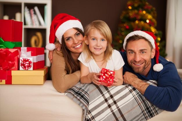 Retrato de familia amorosa en la mañana de navidad