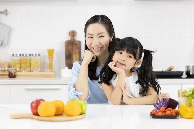 Retrato de familia asiática en la cocina