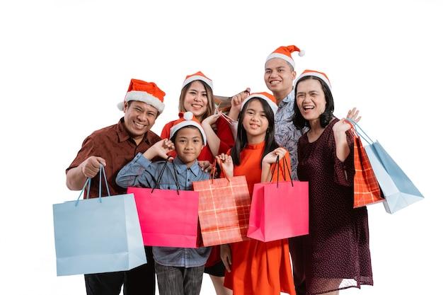 Retrato de familia asiática sobre fondo blanco.