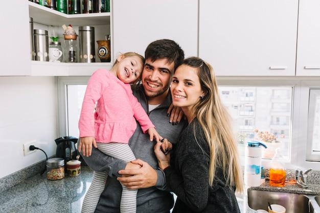 Retrato de una familia encantadora en la cocina