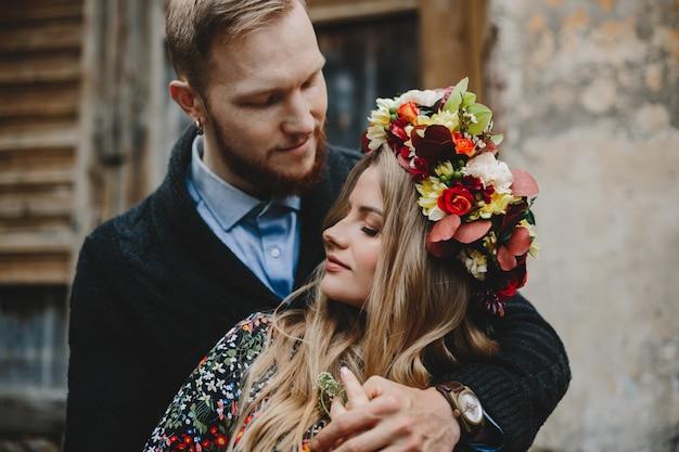 Retrato de familia, esperando pareja. hombre abraza tierna mujer embarazada