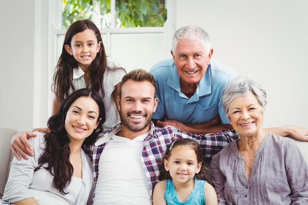 Retrato de familia feliz con abuelos