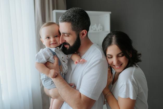 Retrato de familia feliz con un bebé niño.