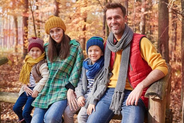 Retrato de familia feliz en el bosque
