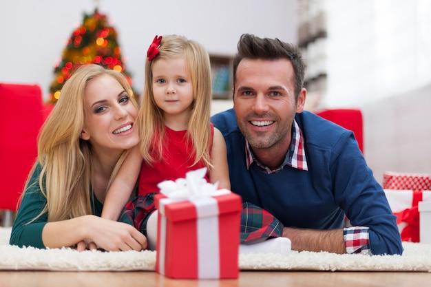 Retrato de familia feliz en casa durante la navidad