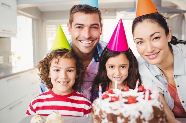 Retrato de familia feliz celebrando cumpleaños