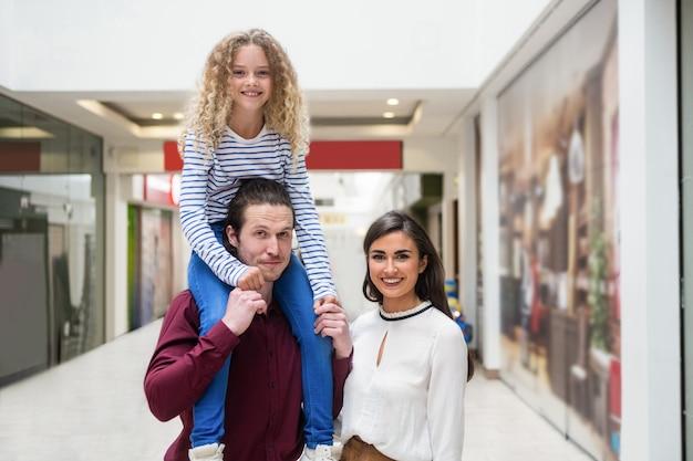 Retrato de familia feliz en centro comercial