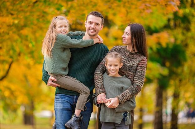 Retrato de familia feliz de cuatro en otoño