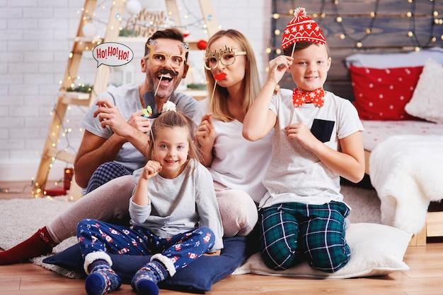 Retrato de familia feliz con máscara de navidad