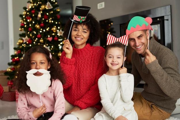 Retrato de familia feliz en máscaras de navidad