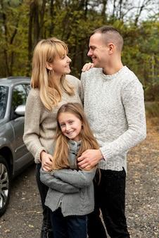 Retrato de familia feliz en la naturaleza