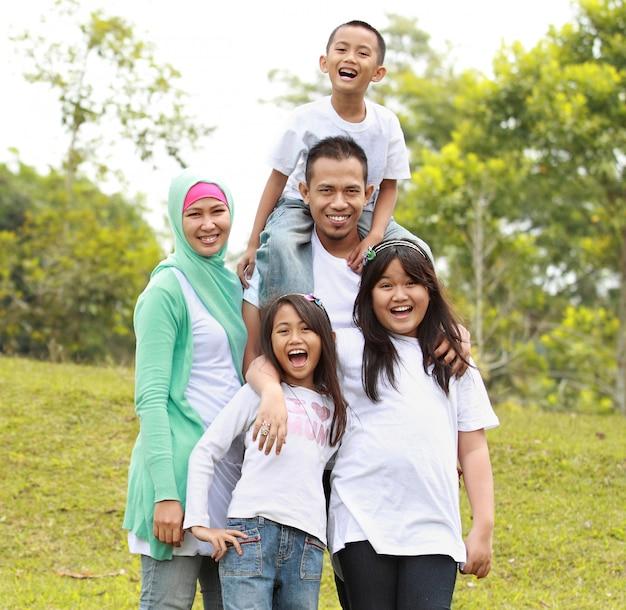 Retrato de familia feliz en el parque