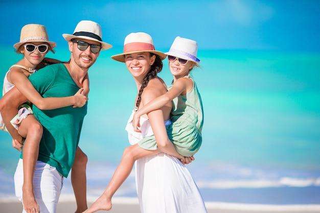 Retrato de familia feliz en la playa
