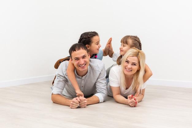 Retrato de una familia feliz sonriendo en casa