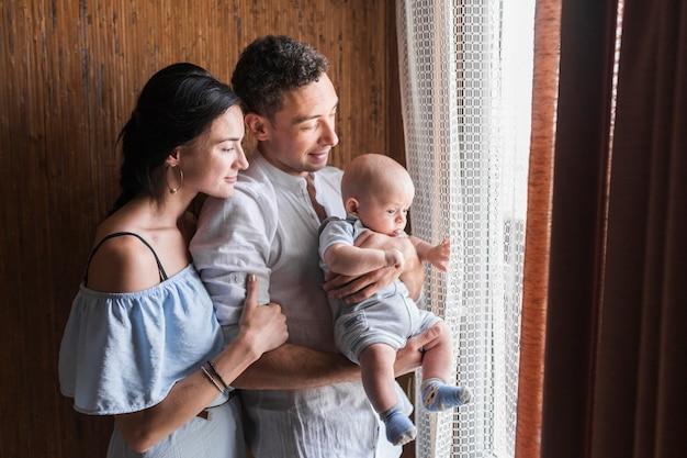 Retrato de familia feliz con su bebé.