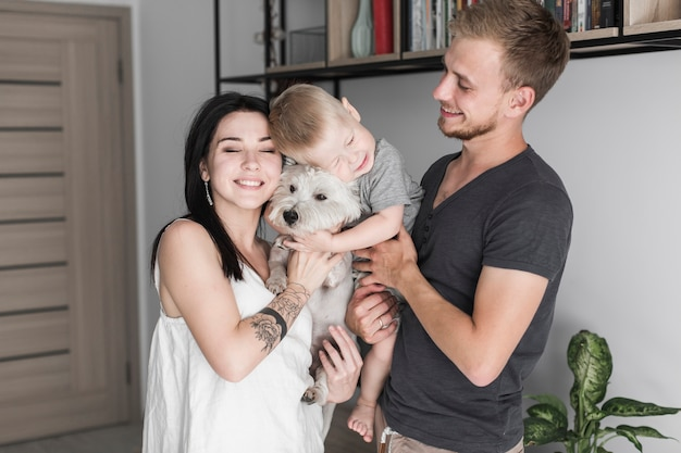 Retrato de familia feliz con su perro.
