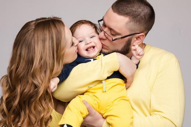 Retrato de familia feliz de tres personas posando.
