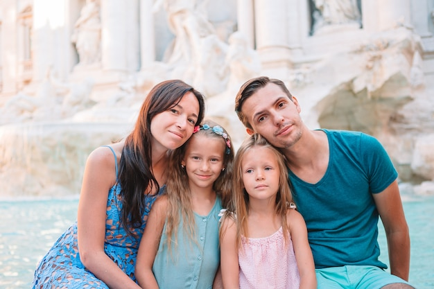 Retrato de familia en fontana di trevi, roma, italia.