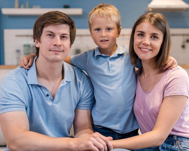 Retrato de familia con hijo adorable