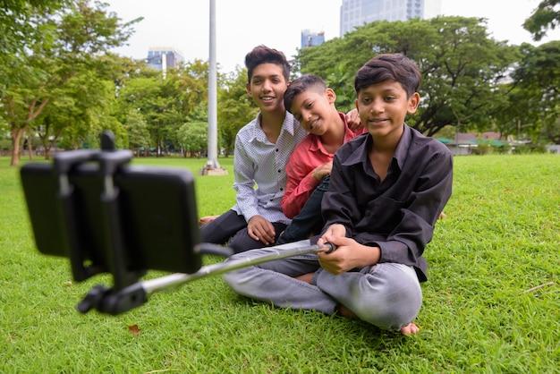 Retrato de familia india relajándose juntos en el parque
