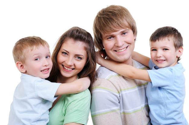 Retrato de familia joven feliz con dos hijos pequeños