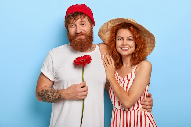 Retrato de familia de marido y mujer alegre pelirroja