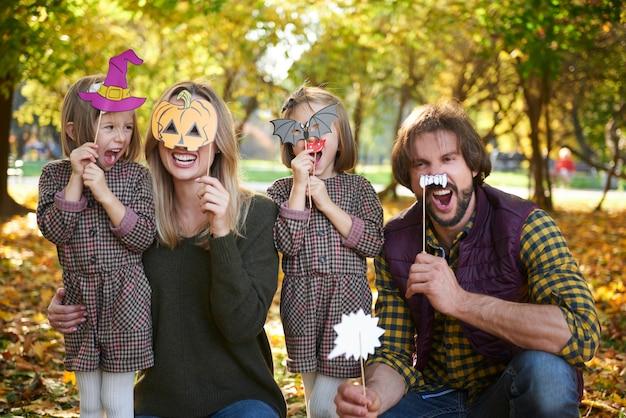 Retrato de familia con máscaras de halloween