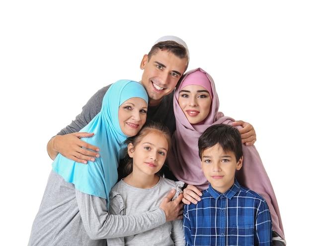 Retrato de familia musulmana en blanco