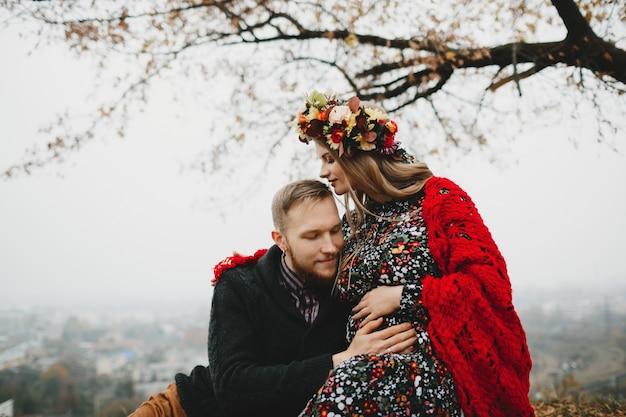 Retrato de familia, pareja expactante. hombre abraza tierna mujer embarazada