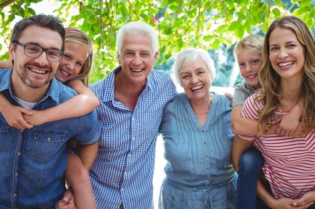 Retrato de familia sonriente con abuelos